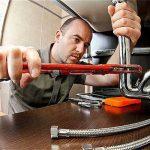plombier qui répare tuyauterie évier