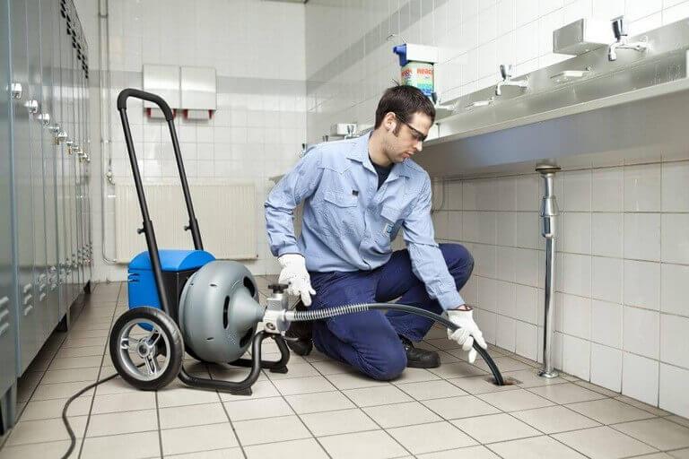 La plomberie a mal tourné: quand il est temps d'embaucher un professionnel
