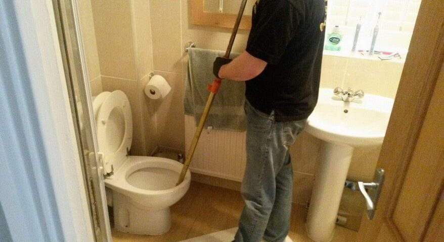 Alternatives de plomberie: Comment déboucher une toilette sans ventouse