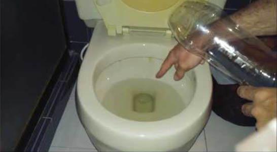 Déboucher une toilette avec une bouteille