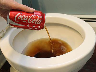 Déboucher une toilette avec du Coca