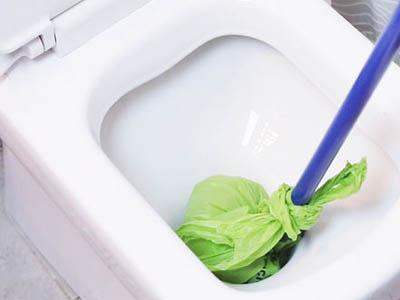 Déboucher un WC avec un balai espagnol