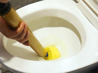 Déboucher une toilette avec un déboucheur haute pression