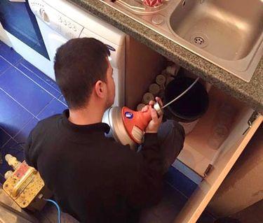 Déboucher un lavabo avec du vinaigre blanc puis Déboucher une canalisation